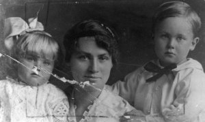 Doris Heneker nee Reeves with her childrn Jean and Robert Reginald James approx 4 yrs